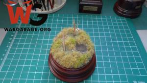 Materiales para ambientar una miniatura - Nótese los mondadientes para evitar que caigan elementos indeseados en los orificios hechos sobre el suelo de la ambientación para nuestra miniatura
