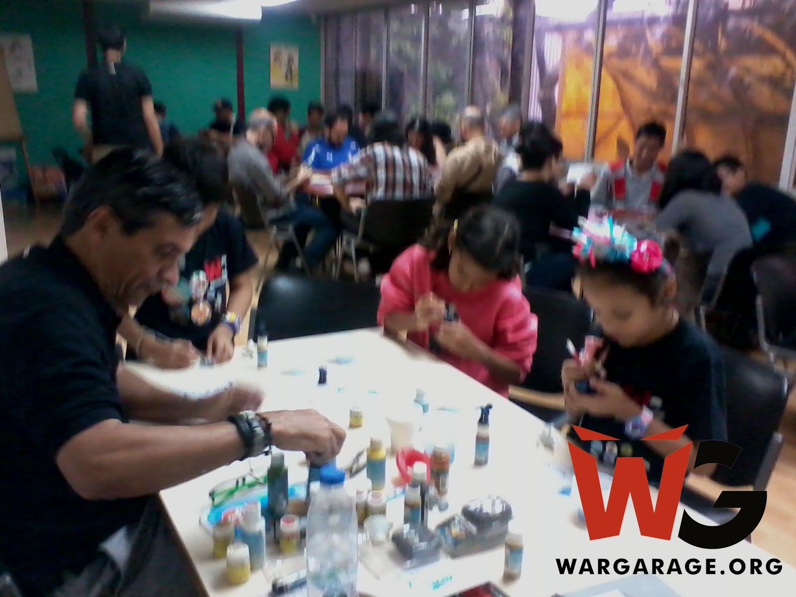 Los pequeños recibiendo el taller de pintura de miniaturas de la mano del reconocido modelista Andrés Mora