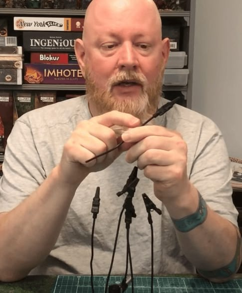 Como pintar miniaturas con temblores, usando Pinzas de cocodrilo para liberar una mano